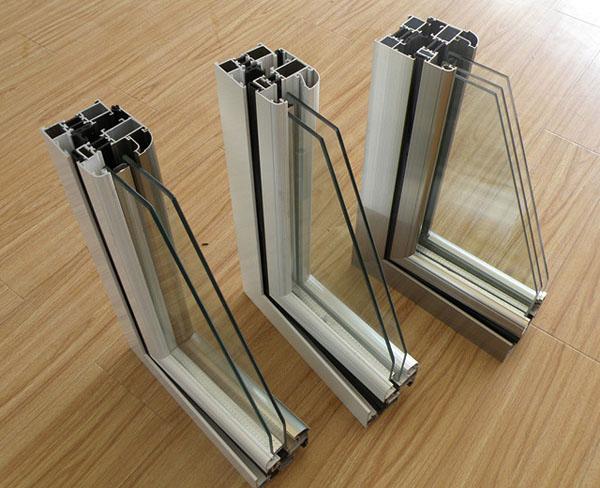 1、降低热量传导:采用隔热断桥铝合金型材,其热传导系数为1.8~3.5W/k大大低于普通铝合金型材140~170W/k;采用中空玻璃结构,其热传导系数为2.0~3.59W/m2k大大低于普通铝合金型材6.69~6.84W/k,有效降低了通过门窗传导的热量。 2、防止冷凝:带有隔热条的型材内表面的温度与室内温度接近,降低室内水分因过饱和而冷凝在型材表面的可能性。 3、节能:在冬季,带有隔热条的窗框能够减少1/3的通过窗框的散失的热量;在夏季,如果是在有空调的情况下,带有隔热条的窗框能够更多地减少